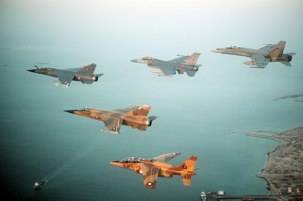Formacja samolotów koalicji antyirackiej (od lewej francuski F-1C Mirage, katarski F-1 Mirage, amerykański F-16C Fighting Falcon katarski Alpha Jet, i kanadyjski CF/A-18A Hornet)