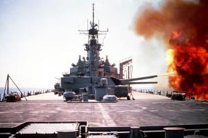 USS Wisconsin podczas ostrzału pozycji irackich w ciągu dnia