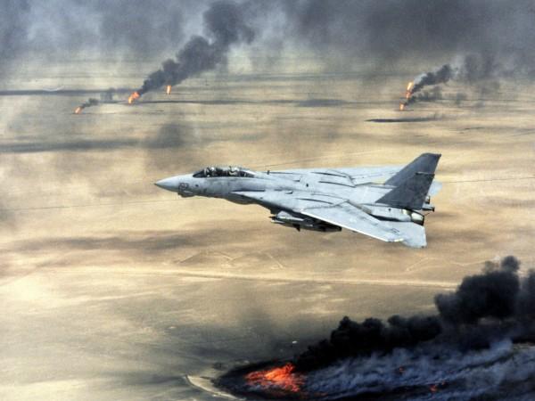 F-14 Tomcat nad palącym się szybami naftowymi w Iraku w 1991 roku