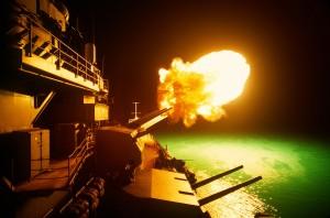 USS Missouri podczas ostrzału pozycji irackich w nocy