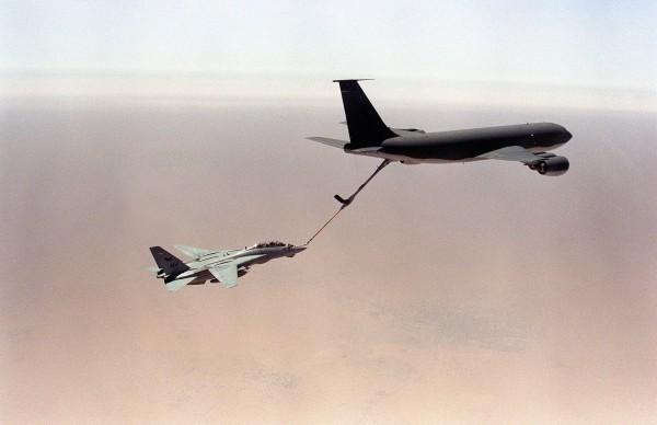 Amerykańska latająca cysterna KC-135R Stratotanker tankująca myśliwiec F-14A Tomcat