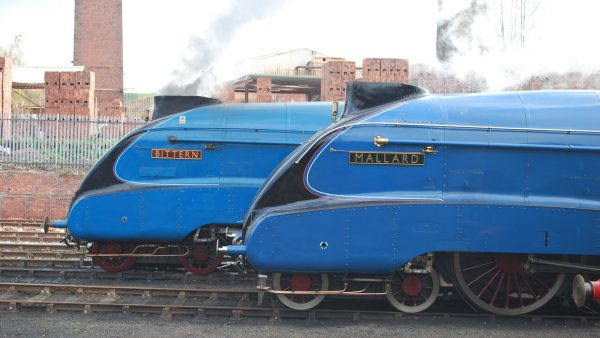 """LNER Class A4 No.4468 """"Mallard"""" i No.4464 """"Bittern"""" w 2012 roku (fot.  Hugh Llewelyn/Flickr.com)"""