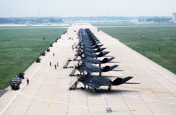 Amerykańskie F-117 Nighthawk jeszcze w USA przed przerzutem do Arabii Saudyjskiej