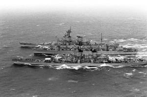USS Missouri i USS Wisconsin podczas uzupełniania zapasów (fot. Brad Dillon)