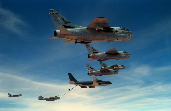 Samoloty US Navy podczas uzupełniania paliwa w powietrzu