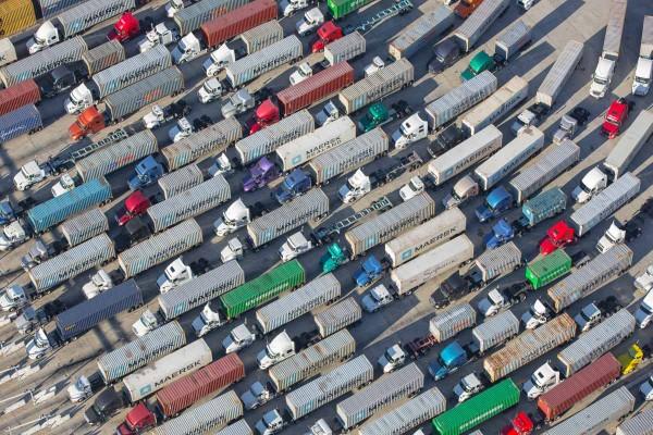 Ciężarówki czekające na wyjazd z portu w Los Angeles (fot. Mike Kelley)