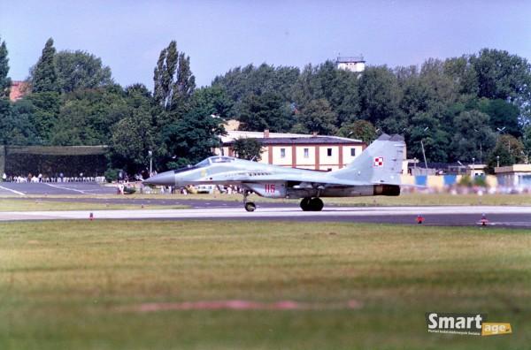 Polski MiG-29 podczas pokazów lotniczych w Poznaniu w 1991 roku (fot. Rafał Banach)