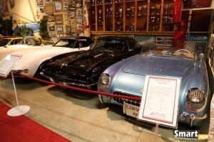 Chevrolet Corvette (1954) - po prawej i Chevrolet Corvette 427 (1966) po lewej