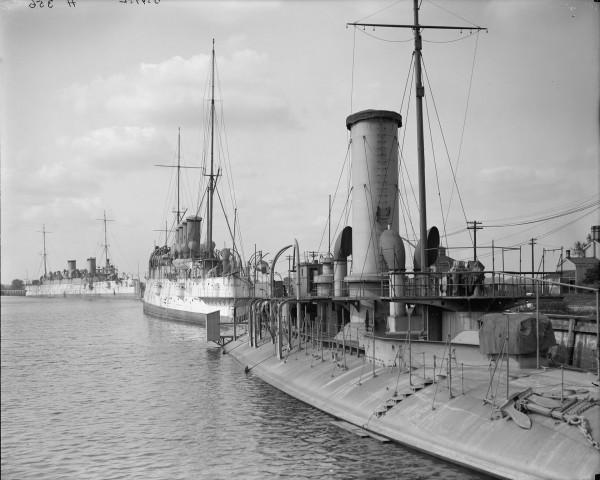 USS Katahdin a w tle Na drugim planie krążowniki USS Minneapolis i USS Columbia w porcie w Filadelfii w 1908 roku