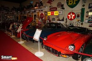 Jaguar XKE E-Type (1974) i z tyłu Alfa Romeo Guilietta Sprint Special (1961)
