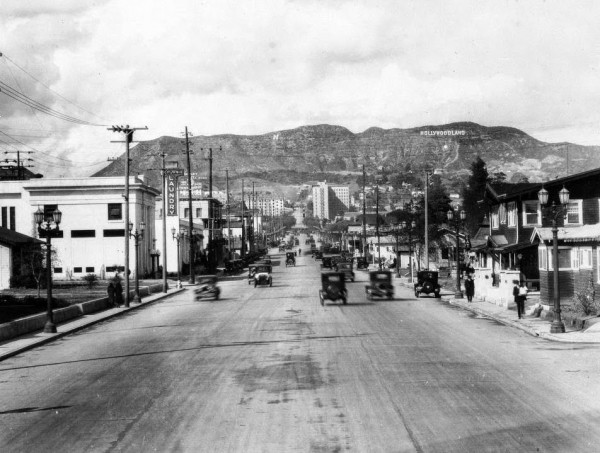 Vine Street z widokiem na napis Hollywood na Santa Monica (fot. USC Digital Library)