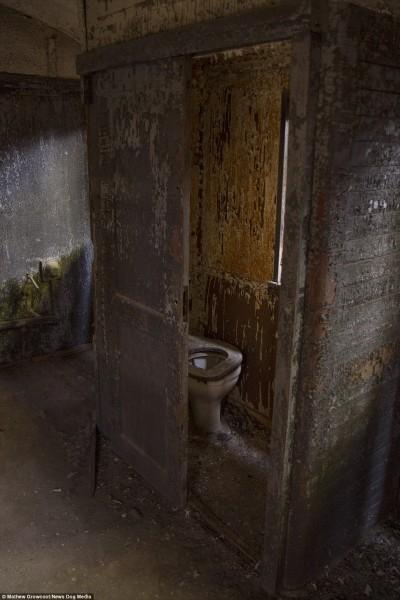 Stara toaleta w jednym z wagonów (fot. Mathew Growcoot)