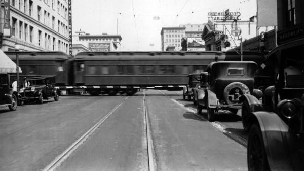 Pociąg linii Santa Fe Railway przejeżdżający przez ulicę Colorado Street w 1928 roku (fot. USC Digital Library)