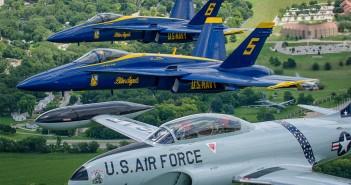 P-80 Shooting Star oraz F/A-18 należące do zespołu akrobacyjnego Blue Angels (fot. Glenn Watson)