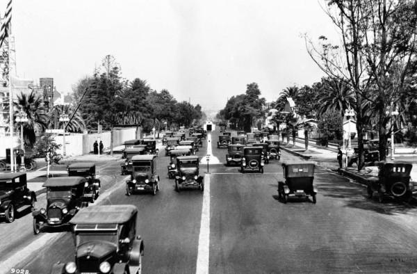 Skrzyżowanie ulic Figueroa i Adams około 1924 roku - widać eksperymentalny system sygnalizacji świetlnej (fot. USC Digital Library)
