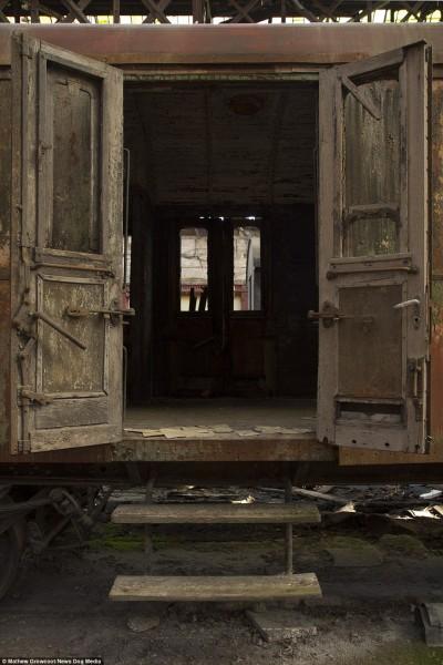 Wagon z drewnianymi wykończeniami z czasów powojennych (fot. Mathew Growcoot)