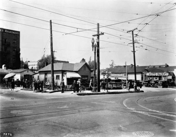 Skrzyżowanie ulic Flower i Fifth w 1927 roku. Dzisiaj stoi tu Westin Bonaventure Hotel (fot. USC Digital Library)