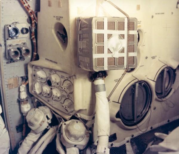 Prowizoryczny filtr dwutlenku węgla skonstruowany przez astronautów