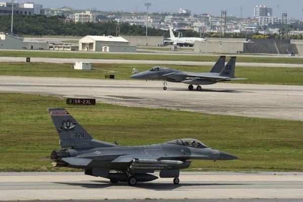Amerykańskie samoloty F-16 i F-15 podczas przygotowań do startu (fot. USAF)