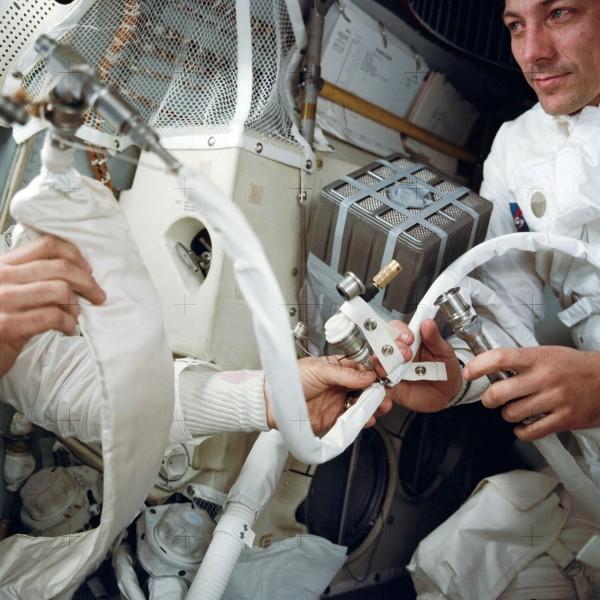 Załoga Apollo 13 podczas budowy nowego filtra dwutlenku węgla