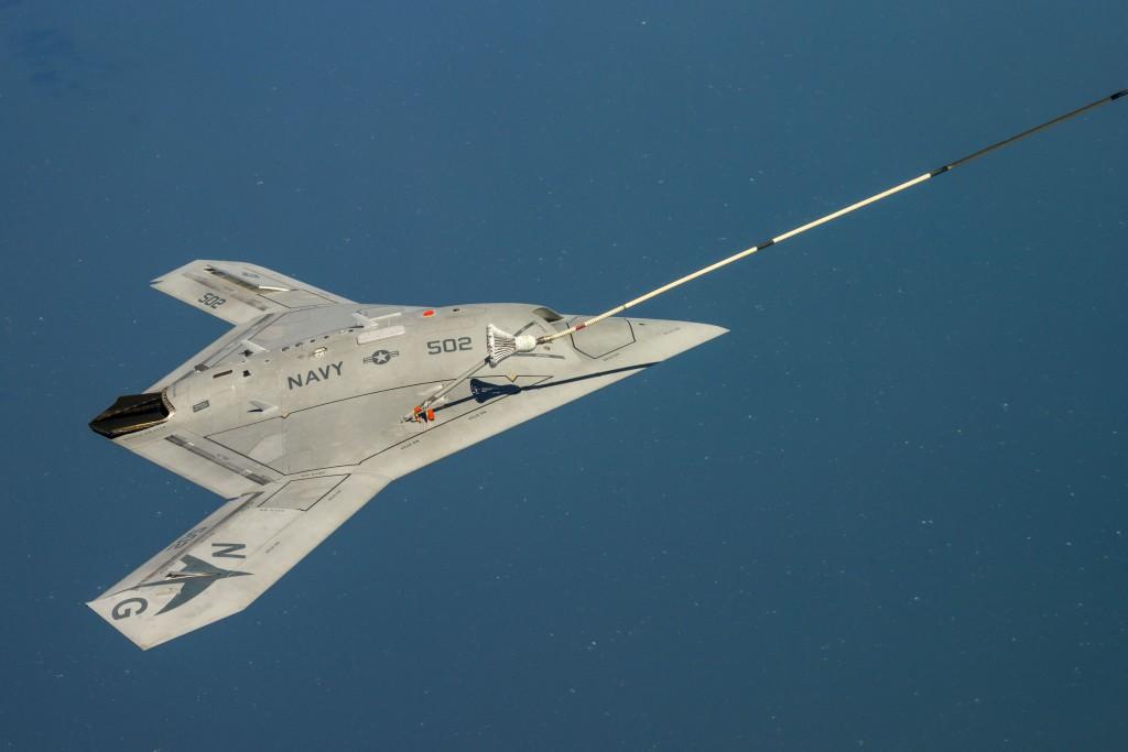 Bezzałogowiec X-47B podczas pierwszego tankowania samolotu bezzałogowego w powietrzu - 22 kwietnia 2015 (fot. US Navy)
