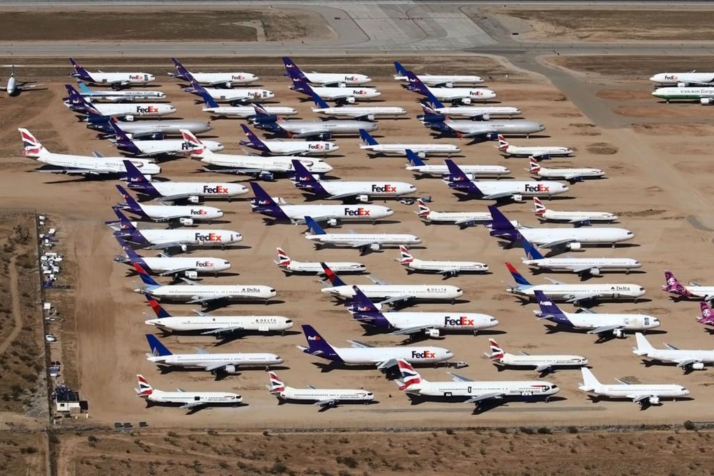 Wycofane z eksploatacji samoloty FedEx w Kalifornii (fot. Carlos Enamorado)