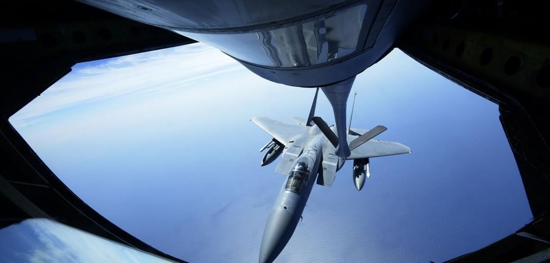 F-15C podczas tankowania (fot. Maeson L. Elleman/USAF)