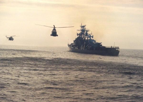 ORP Warszawa w otoczeniu helikopterów wykrywania i zwalczania okrętów podwodnych – Mi-14PŁ (fot. www.mw.mil.pl)
