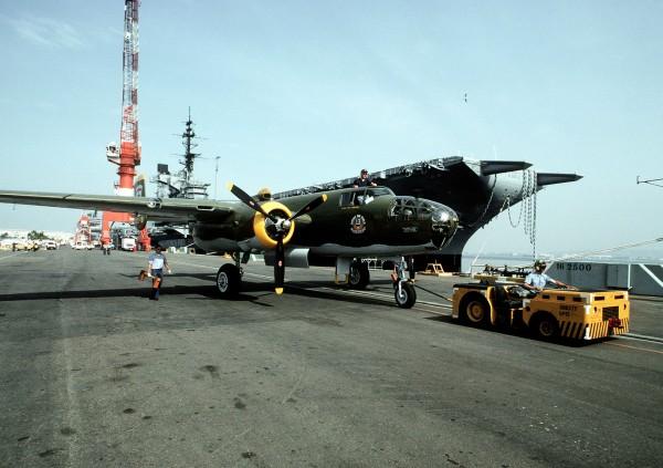 Załadunek samolotów na pokład USS Ranger