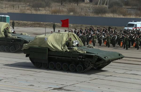 Ciężki bojowy wóz piechoty T-15 Armata (fot. englishrussia.com)