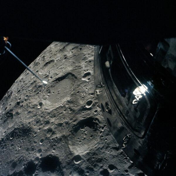 Zdjęcie księżyca wykonane przez Freda Haisa podczas przelotu nad jego powierzchnią w ramach misji Apollo 13 (fot. NASA)