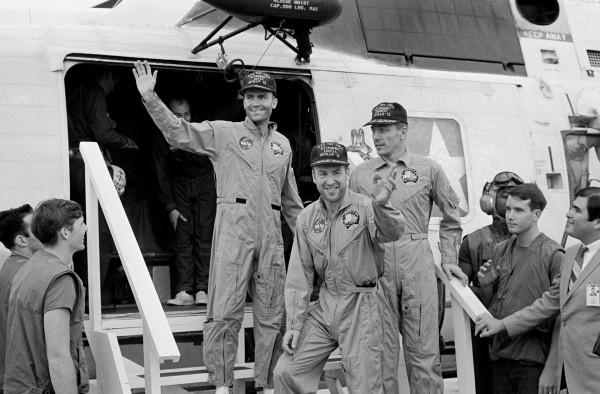 Załoga Apollo 13 już na pokładzie USS Iwo Jima