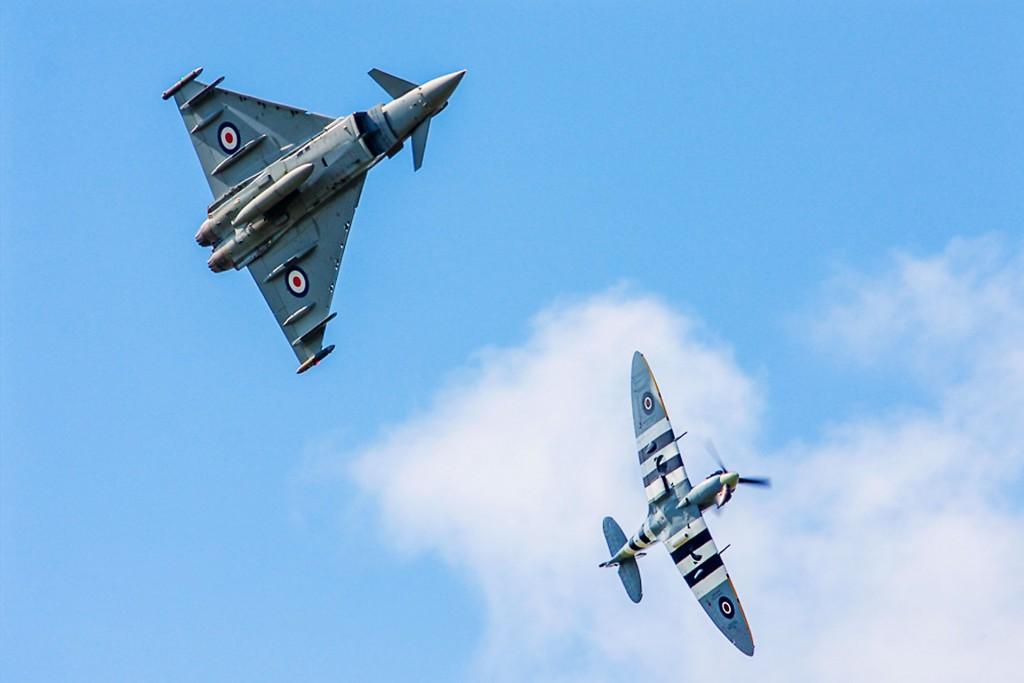 Eurofighter Typhoon w malowaniu z okazji 75 rocznicy bitwy o Anglię oraz Supermarine Spitfire (fot. Gary Parsons)