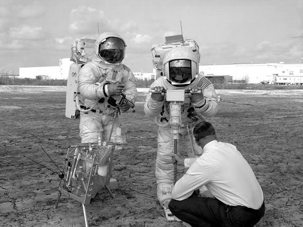 James Lovell i Fred Haise podczas przygotowań do misji Apollo 13. (fot. NASA)