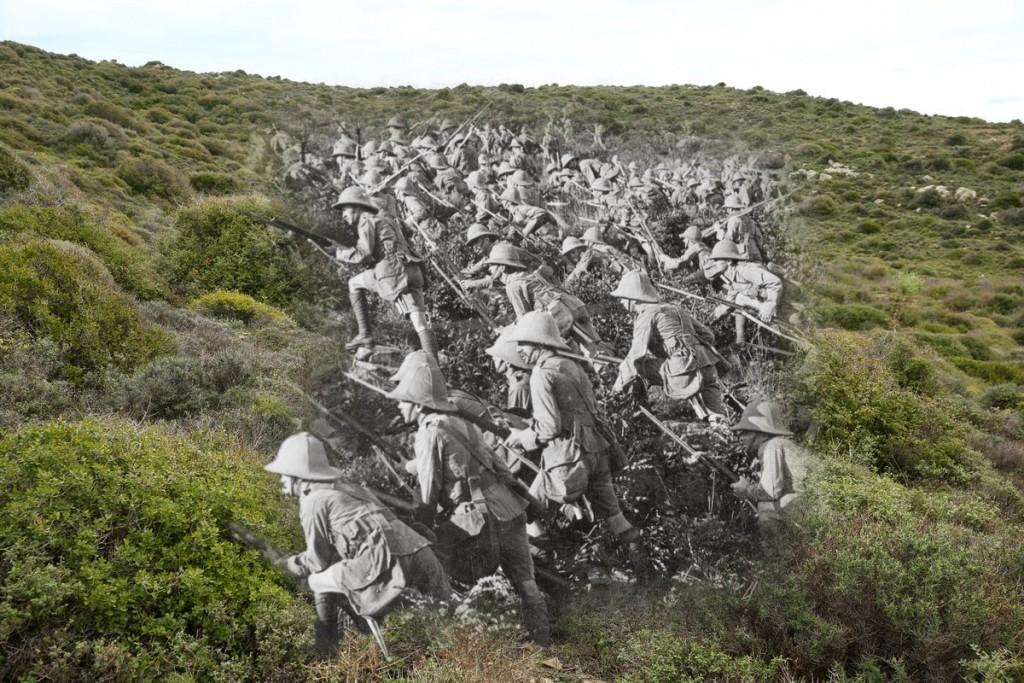 Brytyjscy żołnierze podczas szturmu 6 sierpnia 1915 roku (fot. Hulton Archive/Sean Gallup)