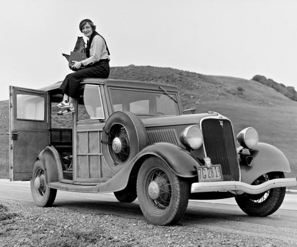 Dorothea Lange na dachu Forda Model C z 1933 roku. Była jedną z fotografów FSA