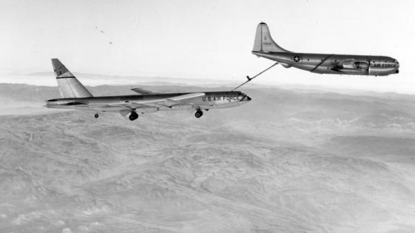 KC-97 Stratofreighter podczas tankowania B-52, który musiał wysunąć podwozie, aby zmniejszyć prędkość