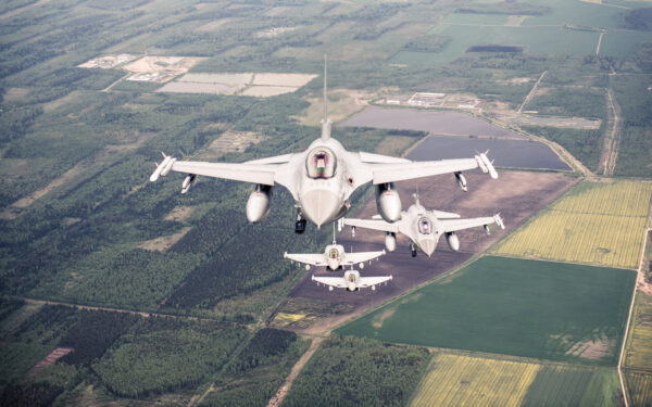 Norweskie F-16 i Włoskie Eurofightery podczas Baltic Air Policing (fot. NATO)