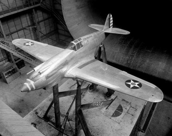 Prototyp XP-40 podczas testów w tunelu aerodynamicznym w Langley Field, 24 kwietnia 1939 roku