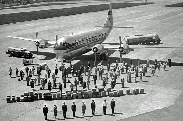 Zdjęcie pokazowe Boeinga 377 - widać całą załogę, pasażerów i ich bagaże (fot. RAScholefield Colection)