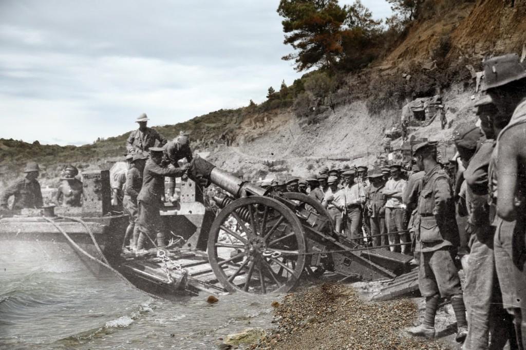 Żołnierze ANZAC podczas lądowania na plaży Anzac Cove (fot. Hulton Archive/Sean Gallup)