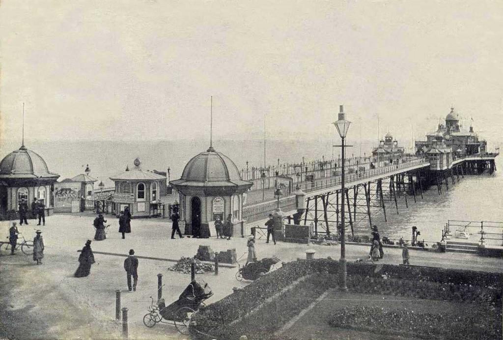 Molo Eastbourne zapewne na przełomie wieków (fot. Julia Powell)