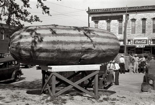 Pomnik arbuza, Weatherford, Texas, maj 1939 (fot. Russell Lee)