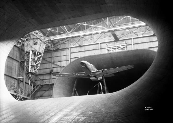 P-51B Mustang podczas testów w tunelu aerodynamicznym w Langley Field, 23 września 1945 roku