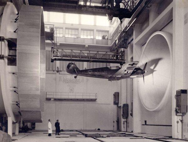 Messerschmitt BF 109E podczas testów w tunelu aerodynamicznym w 1940 roku. Tunel ten znajdował się w mieście Braunschweig.