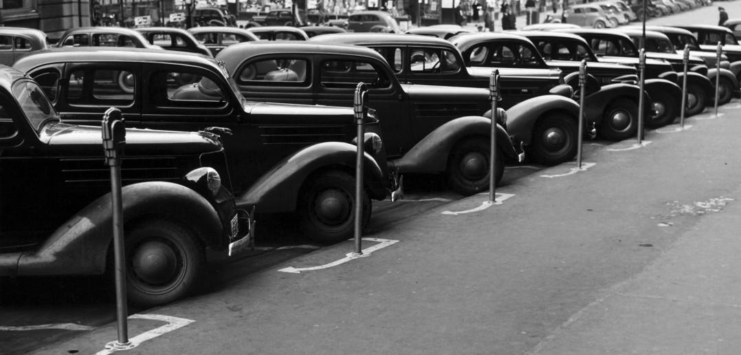 Kilkanaście samochodów równo zaparkowanych przed budynkiem Farm Security Administration (FSA) w mieście Omaha w stanie Nebraska w listopadzie 1938 roku