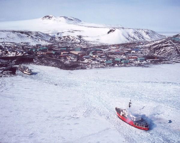 USCGS Glacier podczas podchodzenia do bazy McMurdo