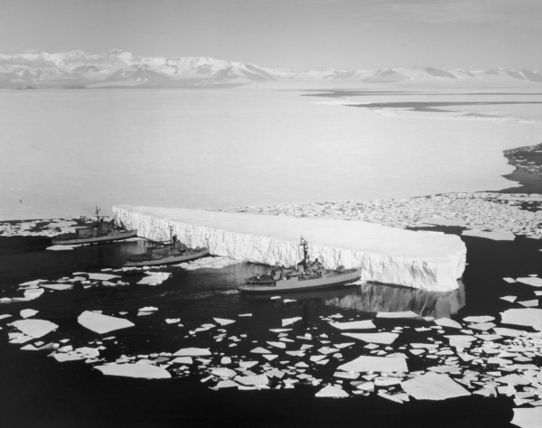 Lodołamacze USCGS Burton Island, USCGS Atka i USCGS Glacier przepychające górę lodową w rejonie stacji McMurdo, 29 grudnia 1965 roku
