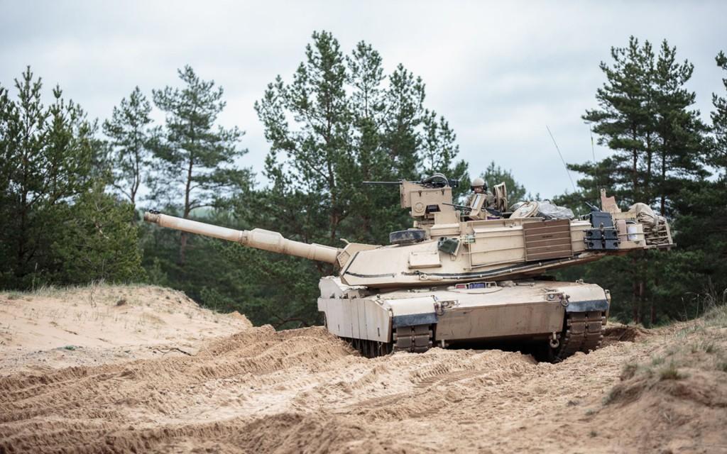 Czołgi M1A2 Abrams z Amerykańskiej Charlie Company, 27 Infantry, First Brigade, Third Infantry Division podczas ćwiczeń na Łotwie - 7 marca 2015 (fot. NATO)