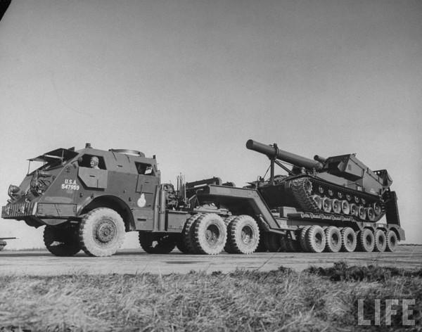 Samobieżna haubica T92 na transporterze M25 (fot. LIFE Magazine)